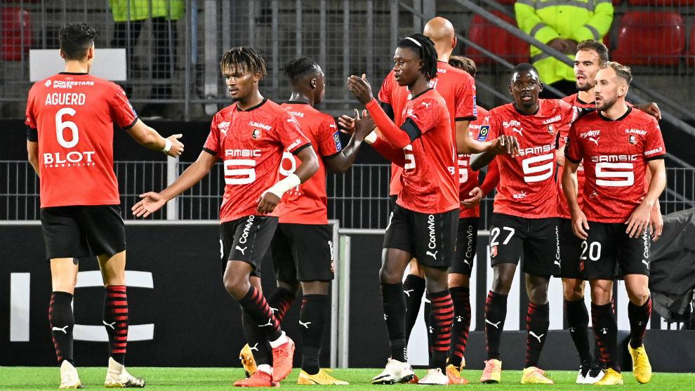 Los jugadores del Rennes celebran un gol ante el Angers en la Ligue 1.