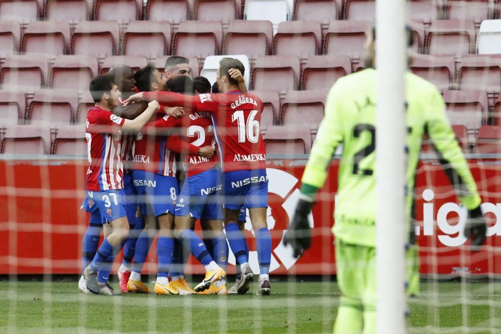 Los jugadores del Sporting celebran el segundo gol, el del triunfo