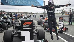 Hamilton celebra su victoria 92 en el circuito de Portugal.