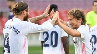 Ramos celebra con Modric el gol del croata que cerraba el marcador en...
