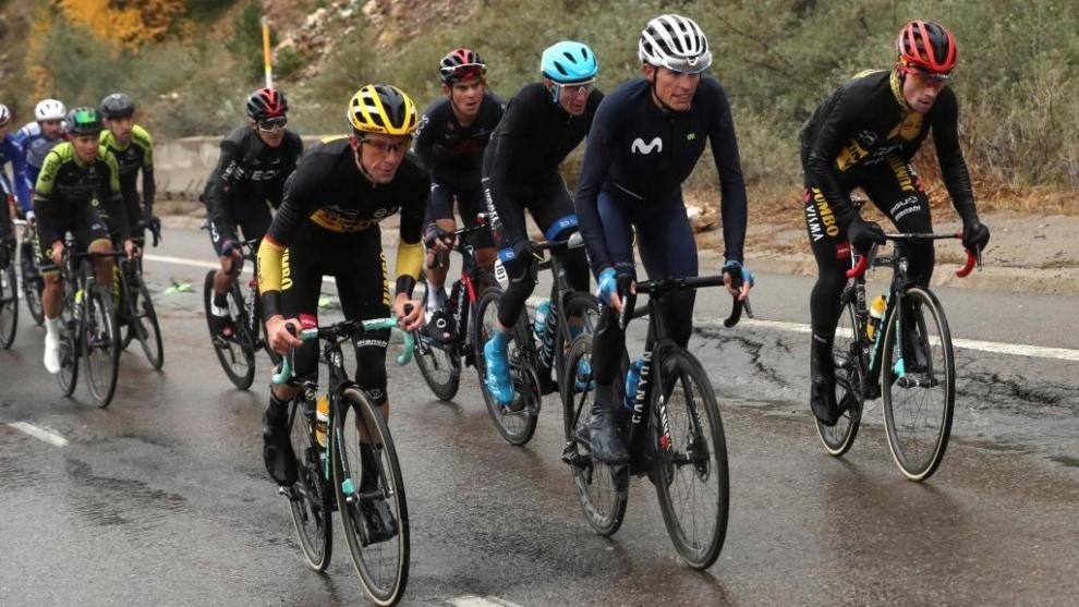 Ciclistas afrontando la etapa del domingo bajo la lluvia y con frío