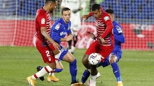 Los jugadores del Getafe y el Granada disputan un balón.