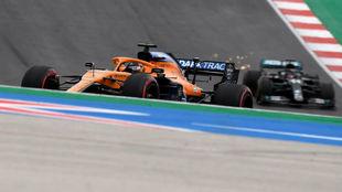 Carlos Sainz, por delante de Lewis Hamilton, en la primera vuelta del...
