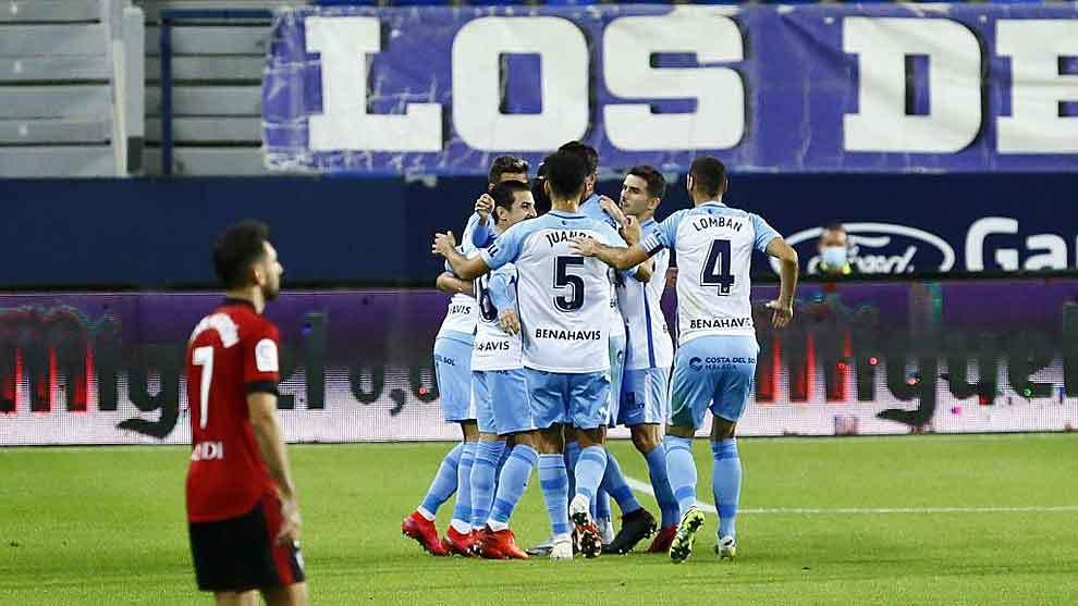 Los jugadores del Málaga celebran el gol de Jozabed ante el Mirandés