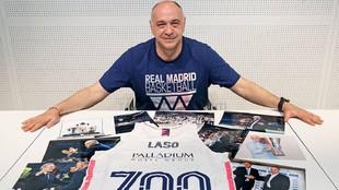 Pablo Laso con una camiseta conmemorativa de sus 700 partidos y fotos...