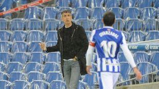 Imanol charla con Oyarzabal, en un momento del partido ante el Huesca.