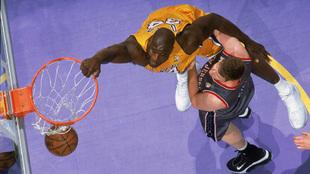 Shaquille O'Neal machaca ante los Nets en las Finales de la NBA