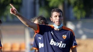Javi Gracia, en un entrenamiento con el Valencia en Paterna.