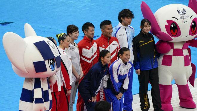 Varios nadadores, con la mascota olímpica, en el Centro Acuático de...