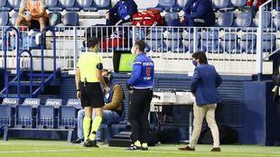 El árbitro consulta el VAR en el partido del Málaga - Mirandés