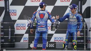 Álex Rins y Joan Mir, chocan su botella de Prosecco en el podio de...