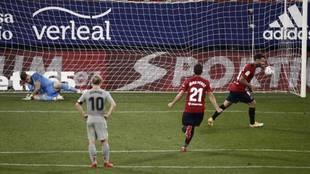 El delantero de Osasuna, Ruben García, celebra el tanto de penalti...