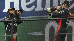 Hamilton y Verstappen, en el podio del GP de Portugal.