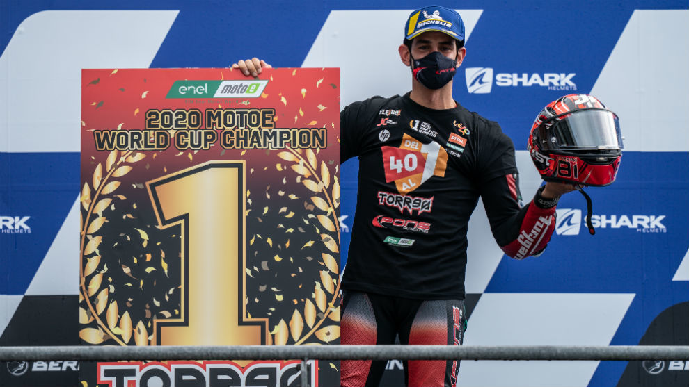 Jordi Torres, en el podio de Le Mans, tras lograr el título de MotoE.