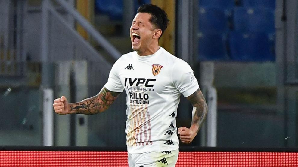 Lapadula celebra un gol con el Benevento