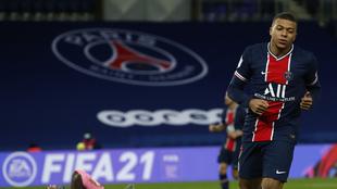 Kylian Mbappé en un duelo con el PSG.