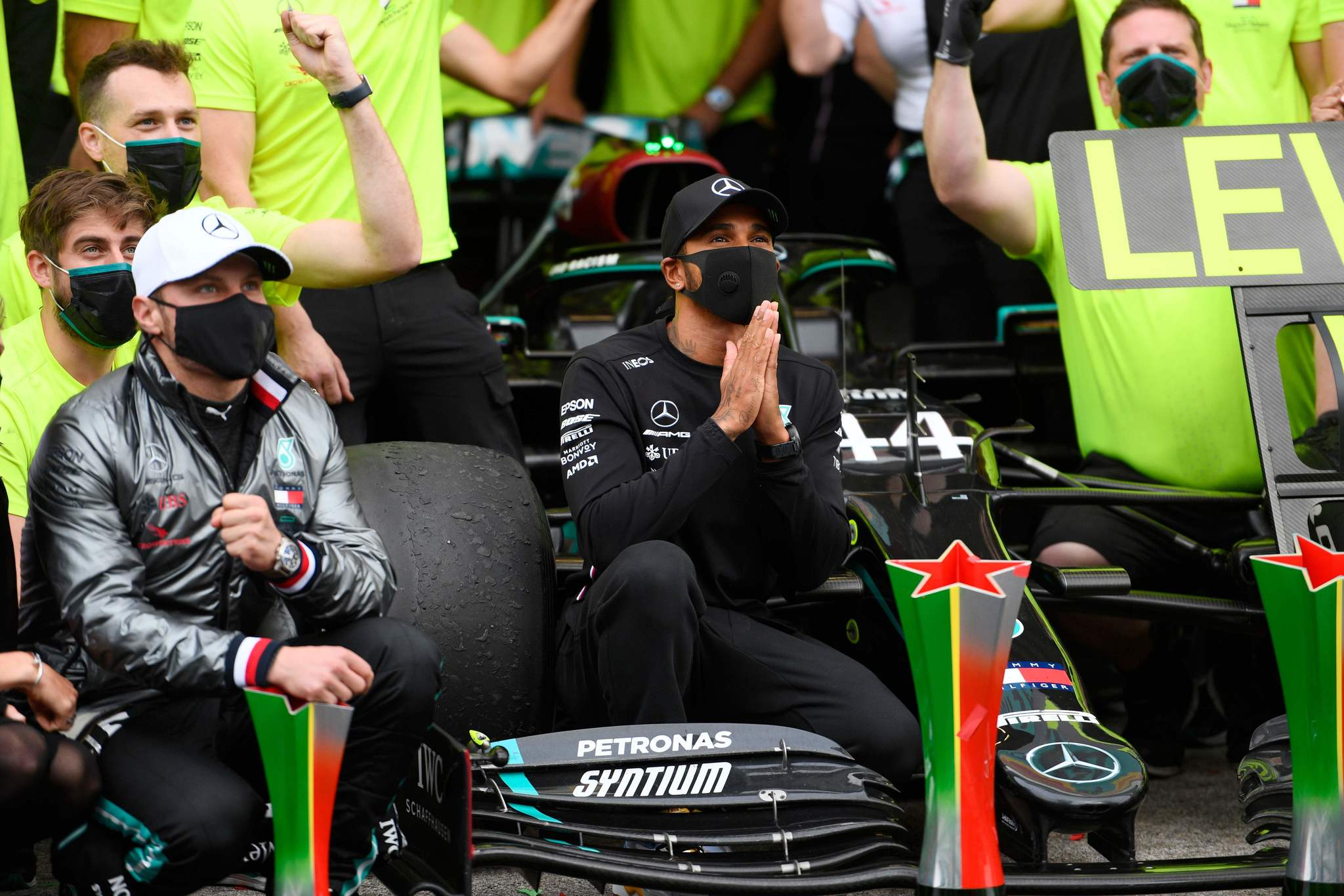 Mercedes British driver Lewis lt;HIT gt;Hamilton lt;/HIT gt; (C) gestures as he poses along with his team after winning the Portuguese Formula One Grand Prix at the Autodromo Internacional do Algarve on October 25, 2020 in Portimao. (Photo by RUDY CAREZZEVOLI / POOL / AFP)