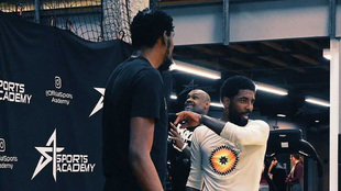 Kyrie Irving charla con Durant