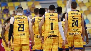 Los jugadores del Herbalife Gran Canaria se retiran al vestuario...