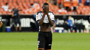 Diakhaby se lamenta durante un partido del Valencia en Mestalla.