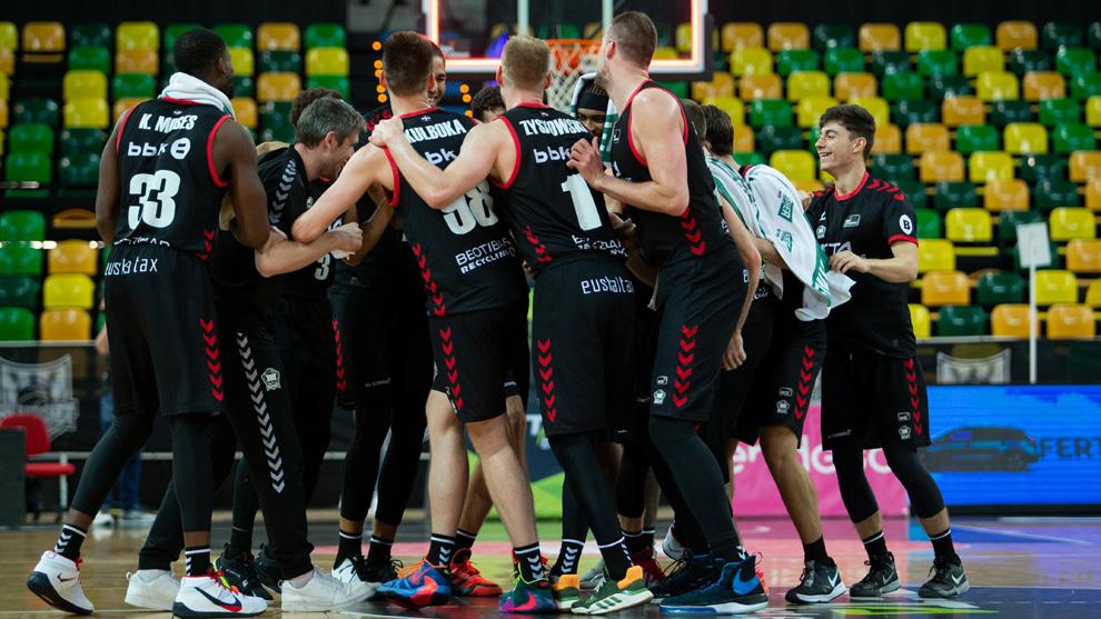Los jugadores del Bilbao Basket celebran una victoria en el Bilbao...