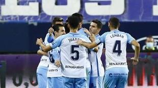 Los jugadores del Málaga se abrazan para celebrar el gol que marcaron...
