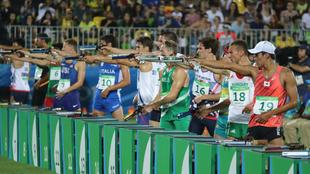 Varios deportistas disparan en la última prueba del pentatlón en...