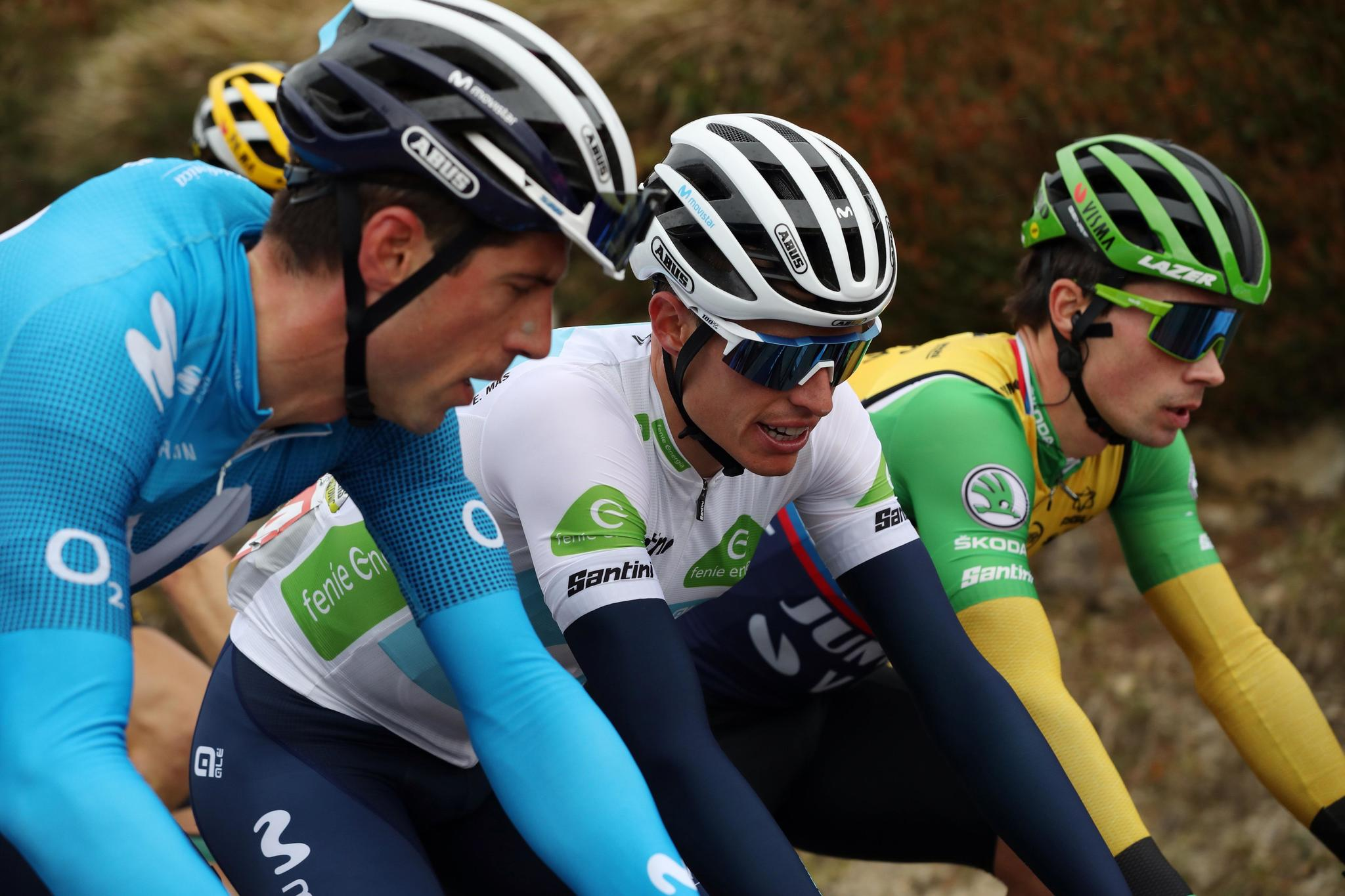 VILLANUEVA DE VALDEGOVIA, 27/10/2020.- Enric Mas (Movistar) (c), y el esloveno Primoz <strong>Roglic</strong> (Jumbo Visma) (d) durante la séptima etapa de La lt;HIT gt;Vuelta lt;/HIT gt; ciclista a España disputada hoy entre Vitoria y Villanueva de Valdegovía, de 159,7km de recorrido. EFE/ Kiko Huesca