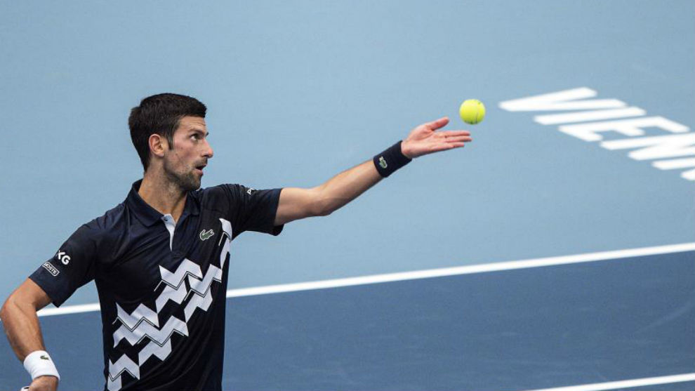 Djokovic se dispone a sacar
