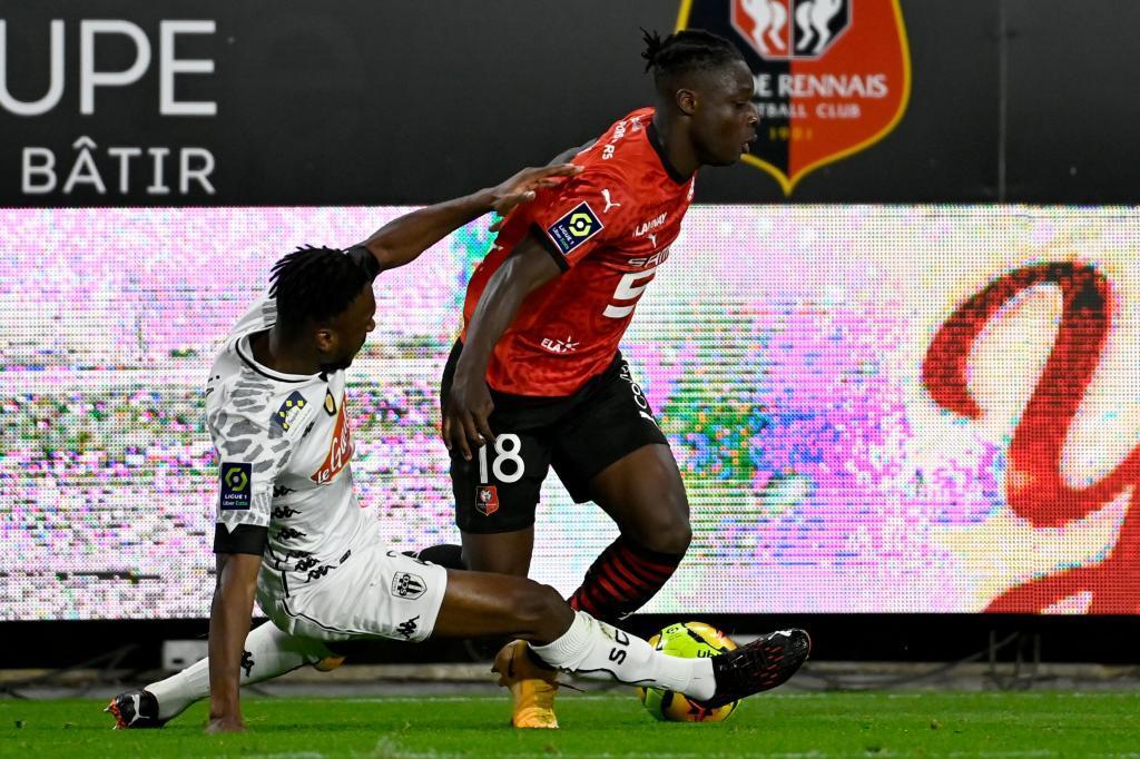 Jérémy Doku trata de zafarse de la marca de Souleyman Doumbia.