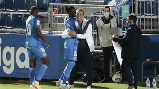 Sandoval y Pathé Ciss se abrazan celebrando un gol ante la presencia...