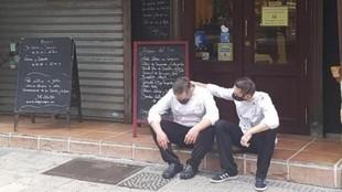 Iván, chef del bar Bodegón de Zaragoza, siendo consolado por su...