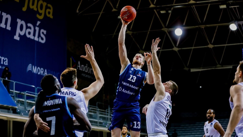 Haukur Palsson lanza ante dos jugadores del Lietkabelis Panevezys.