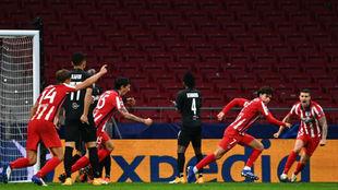 Joao Félix corre para festejar el tercer gol del Atlético, celebrado...