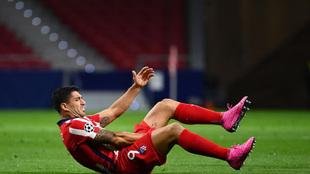 Luis Suárez lamenta un golpe sufrido.