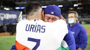 Víctor González y Julio Urías, dupla ganadora de los Dodgers en la...