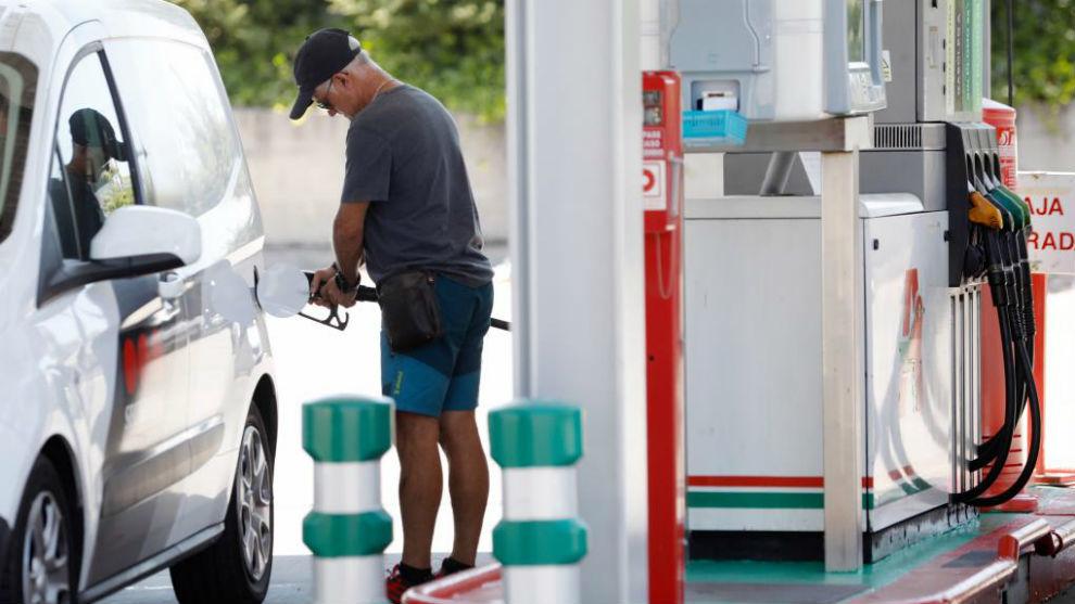 Un conductor reposta combustible en una furgoneta.