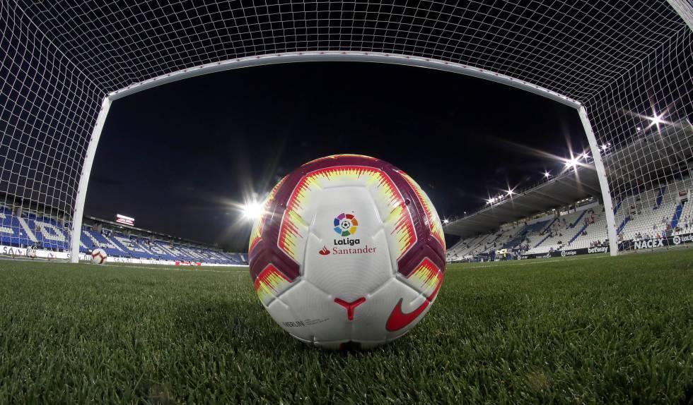 Consumo avisa a 25 clubes para que cesen la publicidad de apuestas esta temporada