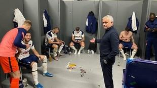 Mourinho señala a los jugadores que están mirando el móvil.