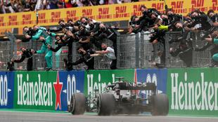 Miembros de Mercedes celebran el triunfo de Hamilton en Portimao.