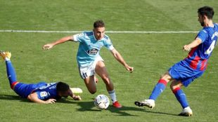 Los jugadores del Eibar intentan arrebatar el balón a Emre Mor