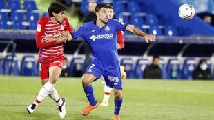 Vallejo disputa un balón contra un jugador del Getafe
