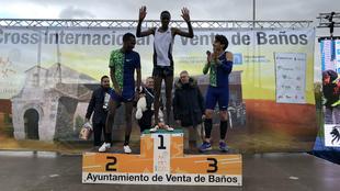 Podio masculino del pasado año con el ganador, el ugandés Albert...