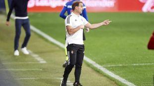 El entrenador de Osasuna, Jagoba Arrasate, da instrucciones durante un...
