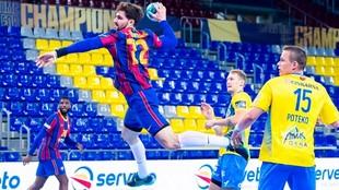 El pivote francés del Barcelona Ludovic Fabregas lanza ante el Celje...