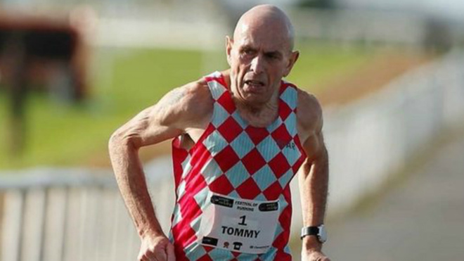 El atleta  irlandés Tommy Hughes corre un maratón en 2h30:02... ¡con 60 años!