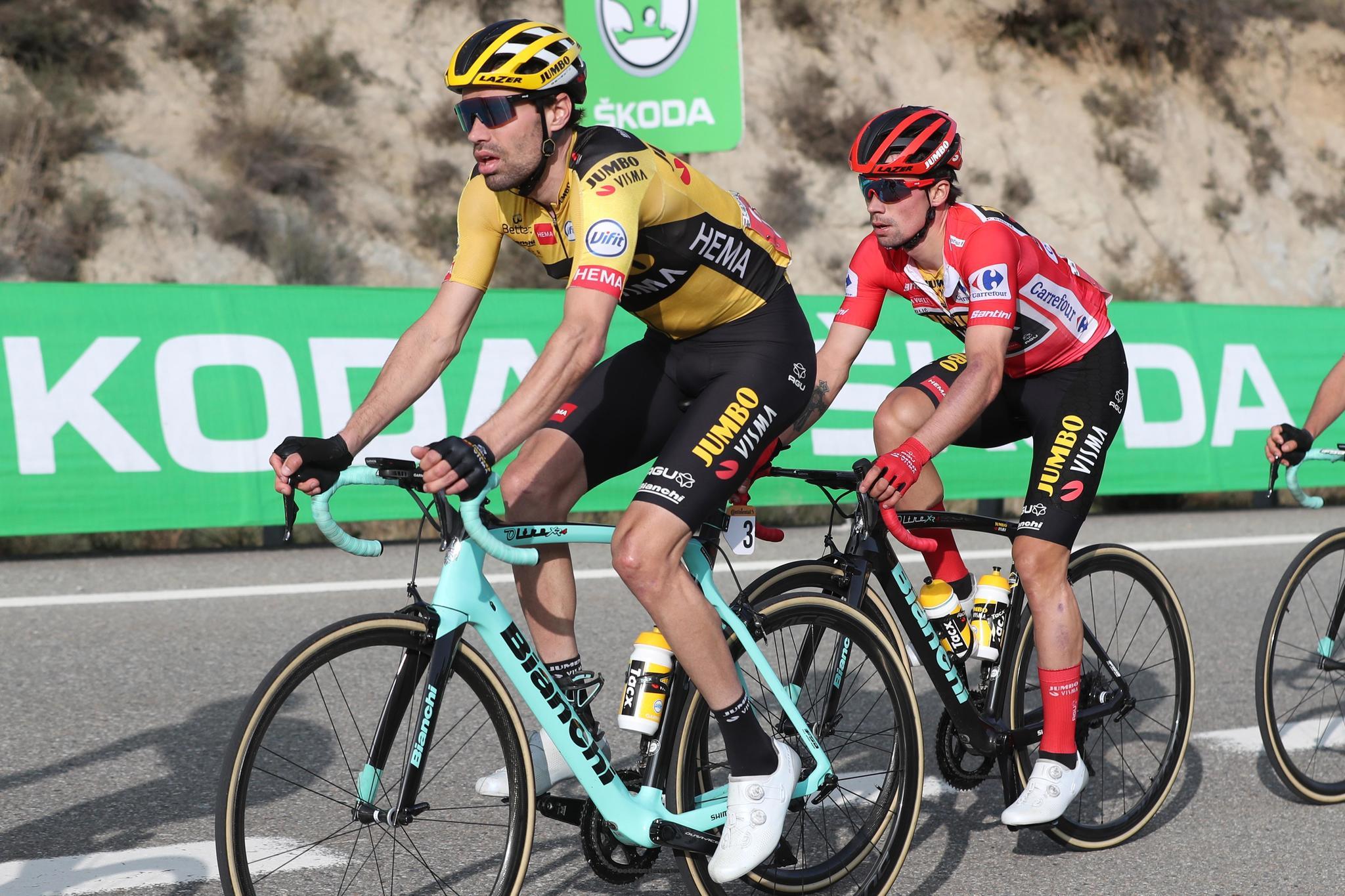 GRAF7135. SABIÑÁNIGO (HUESCA), 24/10/2020.- El ciclista esloveno Primoz Roglic (d) y el holandés Tom lt;HIT gt;Dumoulin lt;/HIT gt; durante la quinta etapa de la Vuelta Ciclista a España disputada entre Huesca y Sabiñánigo, con un recorrido de 184,4 kilómetros. EFE/Kiko Huesca
