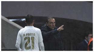 Carlos Carvalhal da instrucciones a Ricardo Horta ante el AEK.