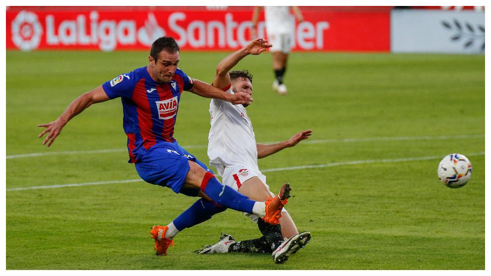 Kike García durante el partido con el Sevilla