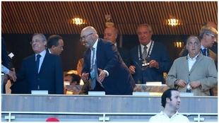 El presidente del Real Madrid, Florentino Pérez, y el de LaLiga,...